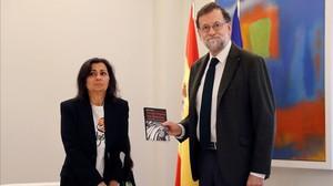 El presidente del Gobierno, Mariano Rajoy, con una de las representantes del colectivo las kellys.