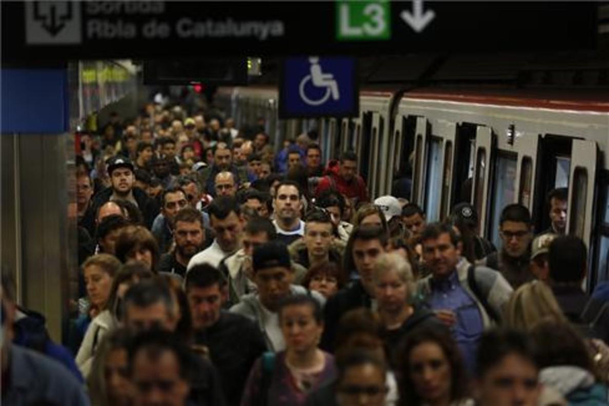 Vagones a rebosar por la huelga de metro de Barcelona.