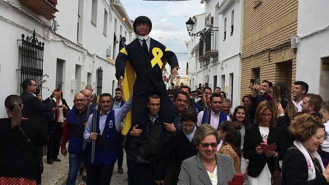 Vecinos de Coripe (Sevilla) portan el Judas Puigdemont que será posteriormente quemado.