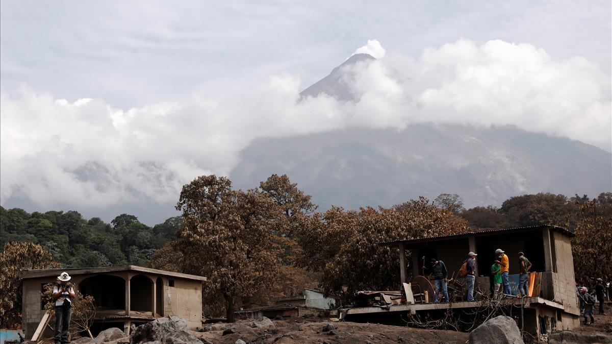 Trabajadores y residentes inspeccionan cómo ha quedado la zona de San Miguel en Guatemala tras la erupción del volcán de Fuego.