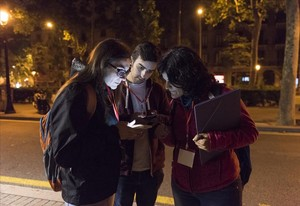Voluntarios efectuando el recuento de personas sintecho en Barcelona, en una imagen de archivo.