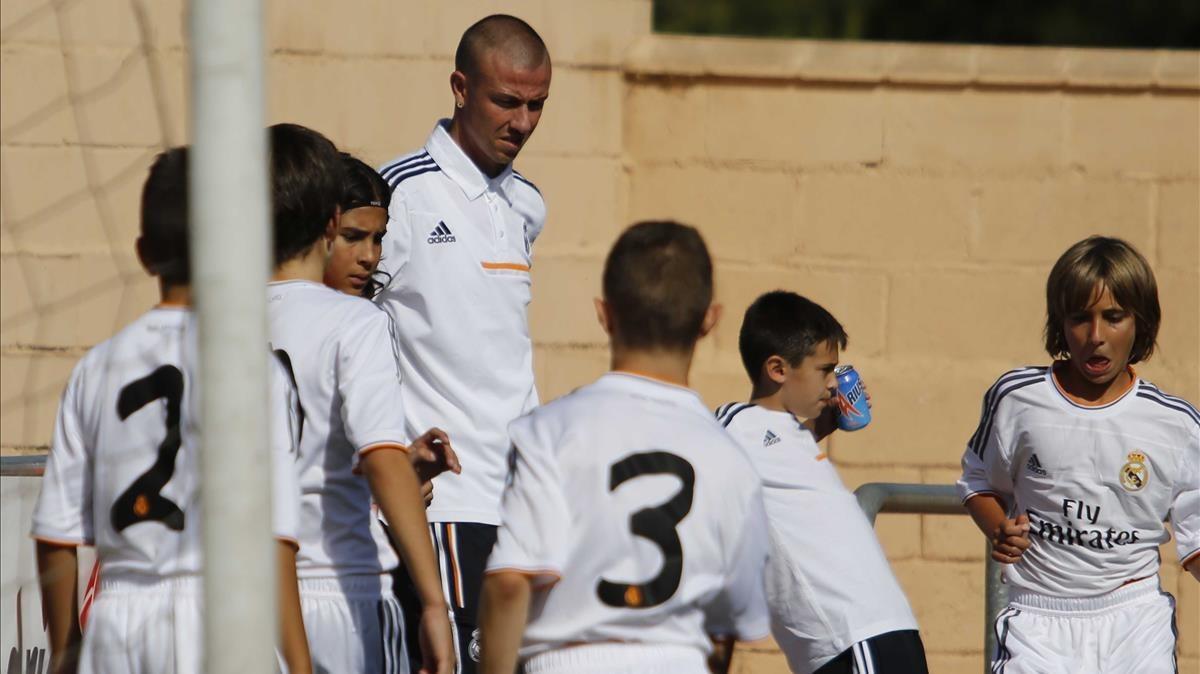 Guti, con los alevines del Madrid, en el 2013.