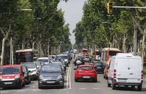 Tráfico en el tramo central paseo de Gràcia con la Diagonal, el pasado martes.
