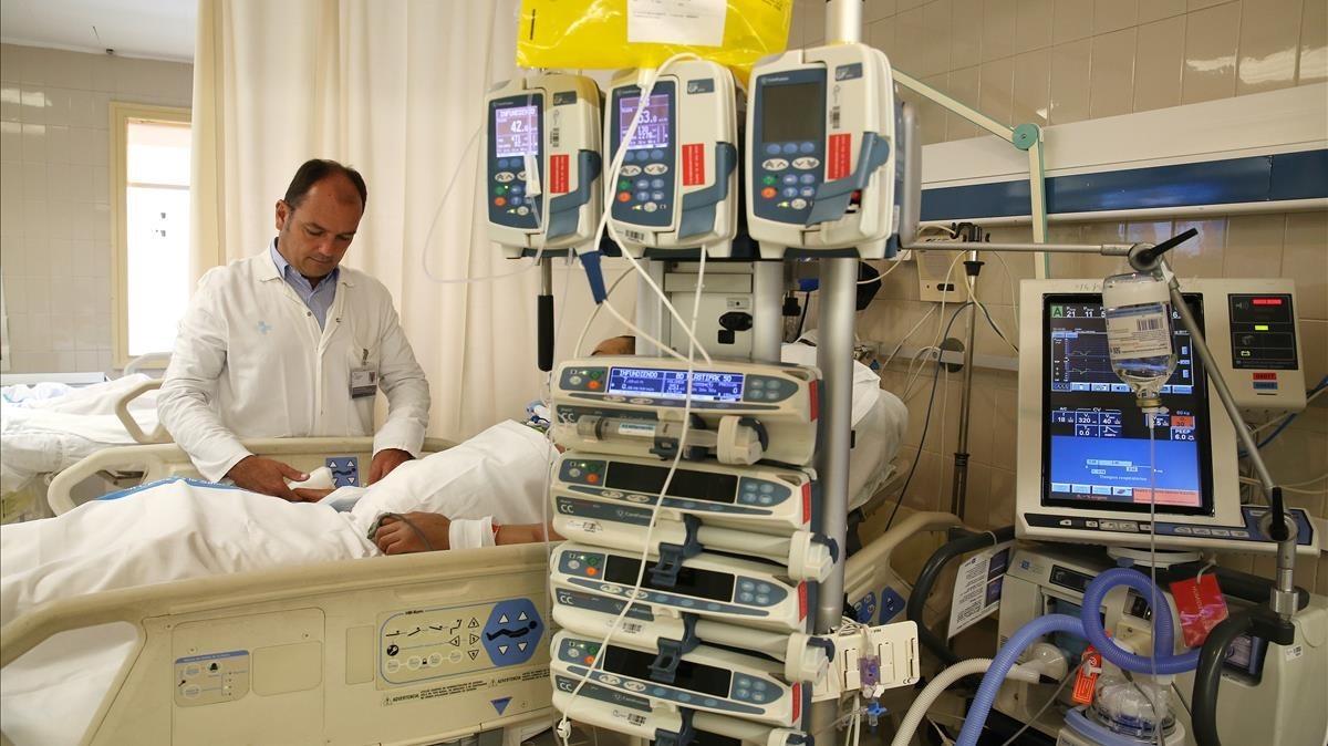 El doctor Ricard Ferrer en una UCI del Hospital del Vall dHebron.
