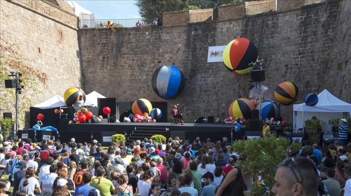 Los balones llenan el escenario principal del castillo para el espectáculo Feres i esferes en la Mercè 2017.