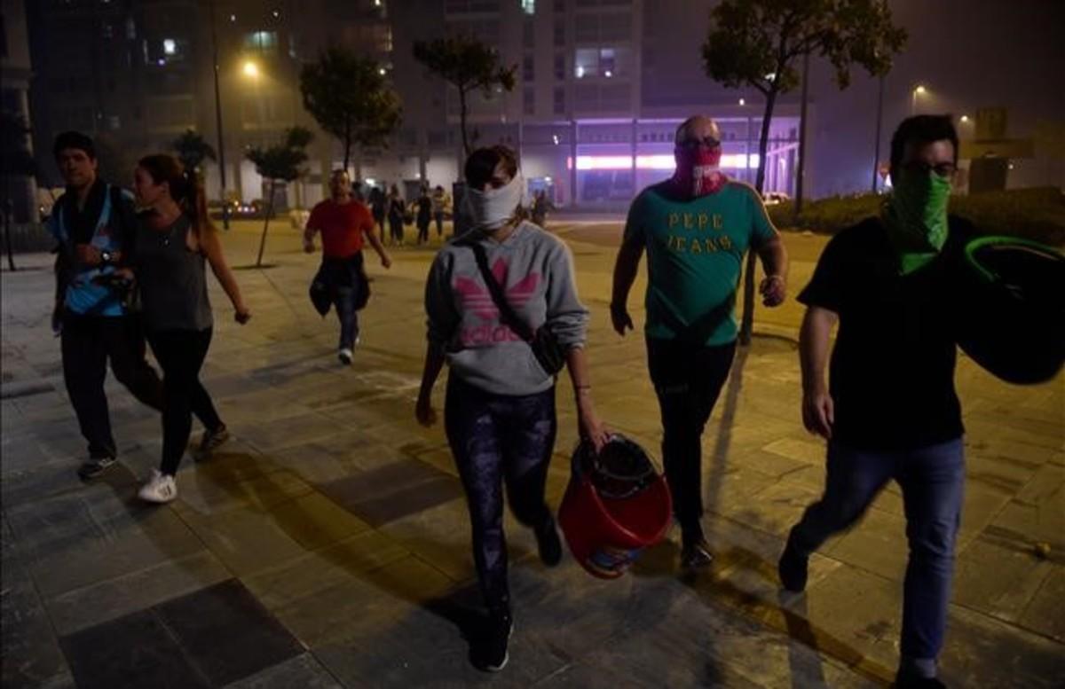 Vecinos de Vigo cargando cubos de agua para combatir las llamas.