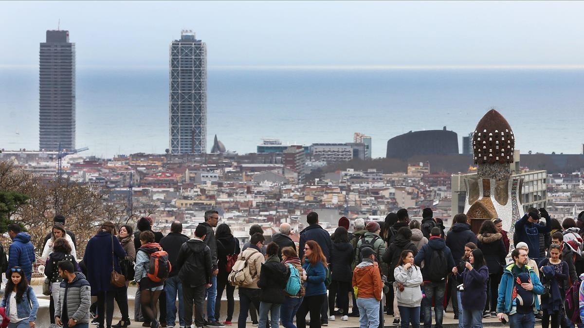 Turistas en el ParqueGüell de Barcelona, el domingo pasado.