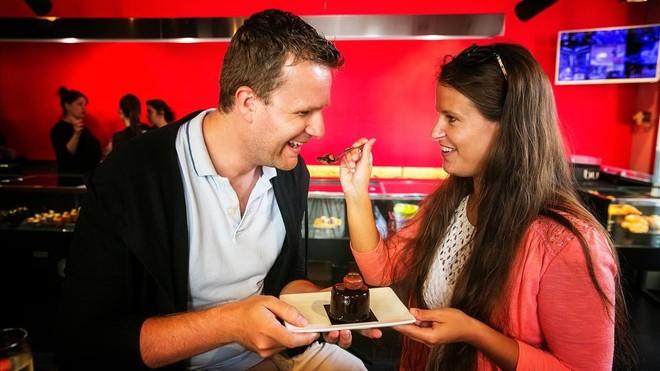 Alex y Anissa descubren el pastel durante uno de los Barcelona Chocolate Tours. Se llama Xabina y es de Bubó.