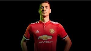Diogo Dalot luce la camiseta del Manchester United desde este verano.