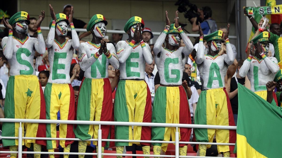 Els aficionats del Senegal i el Japó netegen les grades després dels seus partits