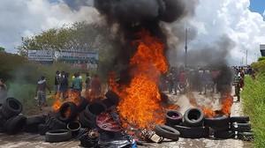 Habitantes de la ciudad brasileña de Pacaraima, en la fronteracon Venezuela, incendian neumáticos y pertenencias de inmigrantes venezolanos durante los disturbios registrados el 18 de agosto del 2018.