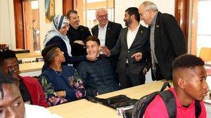 Bargalló, El Homrani yla cónsul Fátima Irbolah, con menores que participan en el programa de nueva oportunidad.