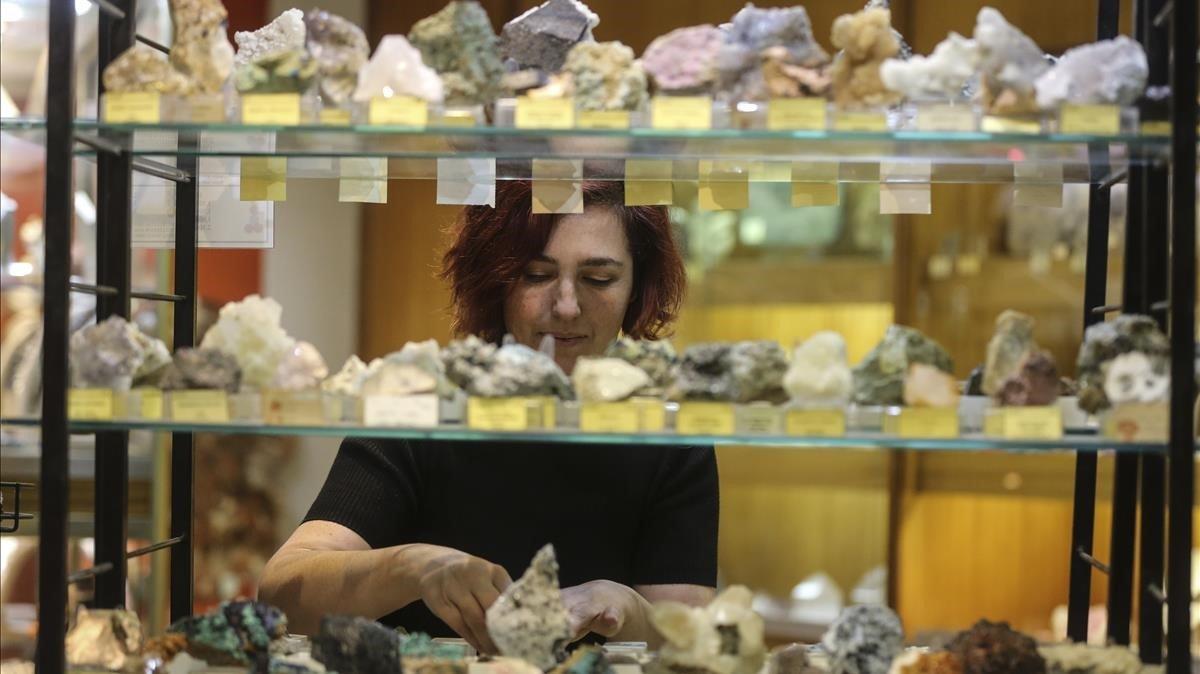Griselda, hija de Enric Kucera, en la tienda de minerales que su padre fundó en la calle del Comte d'Urgell.