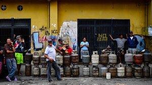 Ciudadanos hacen cola para para reemplazar los bidones de gas propano vacíos en el barrio Las Minas de Baruta, en Caracas, el 14 de marzo de 2019.