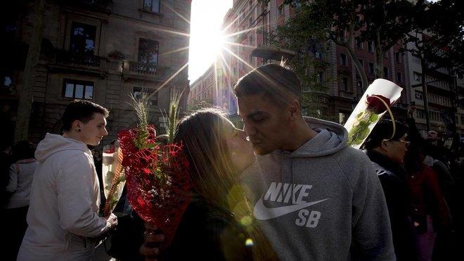 Idílica imagen de una pareja durante el Día de Sant Jordi.