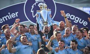 Pep Guardiola levanta la copa de campeón rodeado por jugadores y técnicos delCity.
