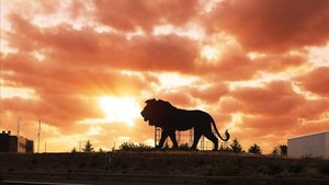 El león publicitario de Disney, como el toro de Osborne, en la M-40 de Madrid.