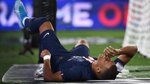 Kylian Mbappé tras lesionarse en el partido contra el Toulouse en el Parque de los Príncipes (París).