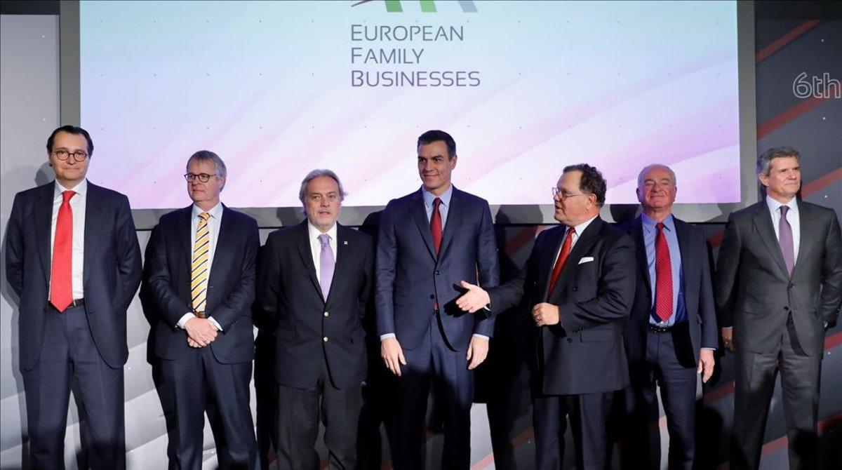 El presidente del Gobierno en funciones,Pedro Sanchez, en la clausura del VI Congreso de las Empresas Familiares Europeas, posa acompañado de Alfonso Libano (3i)vicepresidente de 'European Family Bussiness'entre otros.