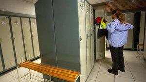 Maholi se prueba por primera vez el uniforme en el Institut de Seguretat Pública de Catalunya.