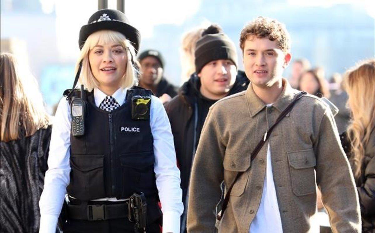 Rita Ora y Raff Law, en el rodaje de 'Oliver Twist'.