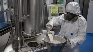 Un técnico trabaja en la producción de remdesivir, uno de los antivirales que se están estudiando para el tratamiento de pacientes con covid-19.