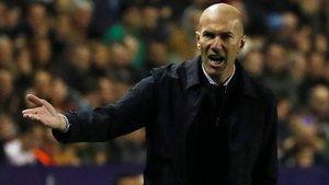 Zidane se enfada en el duelo con el Levante en el Ciutat de Valencia.