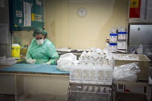 Preparativos para iniciar tratamientos de quimioterapia en un hospital catalán.
