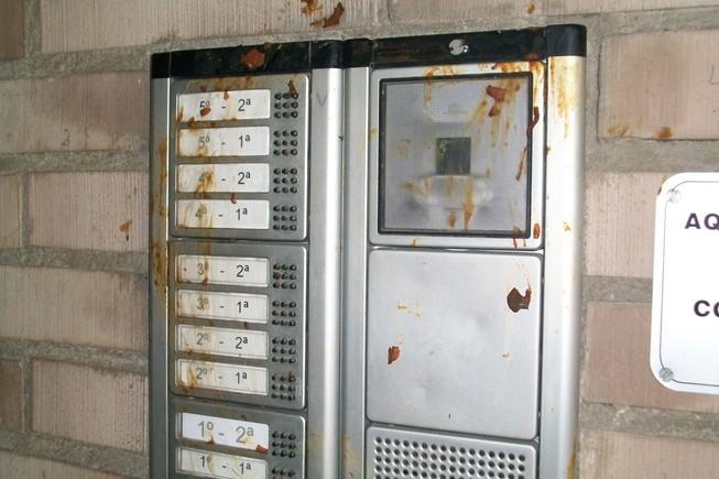 Excrementos humanos en uno de los interfonos de la calle de Moscou.