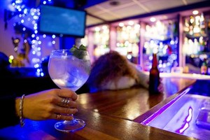 Una bebida alcohólica en primer plano, en una barra de un bar de Barcelona.