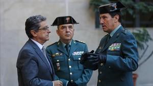 El delegado del Gobierno, Enric Millo, habla con el coronel José Aledo Andreu y el general Ángel Gozalo Martín, en la comandancia de la Guardia Civil, este miércoles.