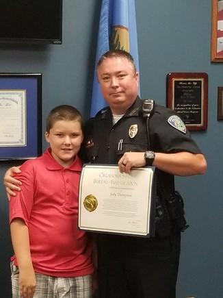 Jody Thompson y su hijo adoptivo John en una imagen del Facebook.