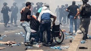 zentauroepp39391874 palestinians lift a man onto a wheelchair during clashes aft170721170317