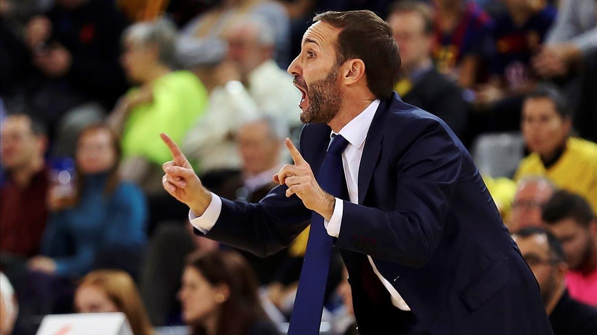 Sito Alonso, dirigiendo al Barça.