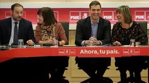 Pedro Sánchez conversa con Núria Marín durante la reunión de la Permanente del PSOE, en Ferraz.