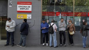 zentauroepp22238951 people queue outside an office to register for job placement180202091302