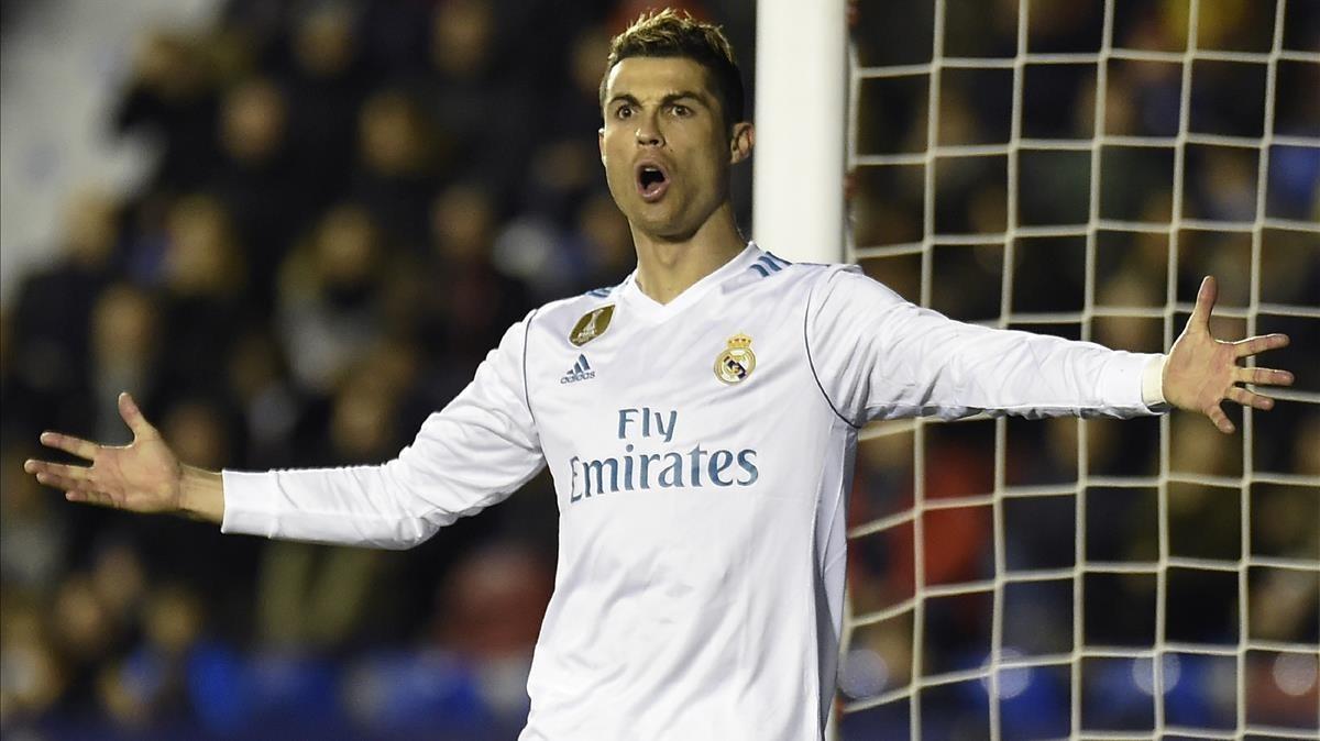 Cristiano Ronaldo se queja durante el encuentro ante el Levante del pasado sábado