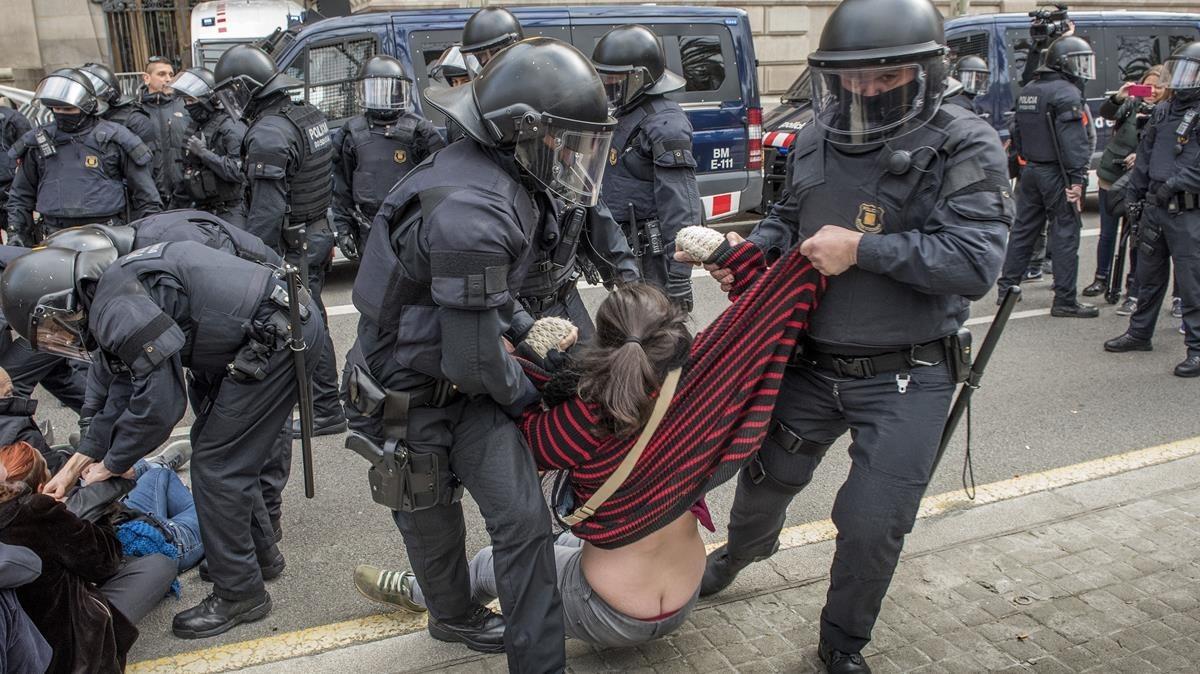 zentauroepp42278915 barcelona 23 02 2018 antidisturbios de los mossos desalojan180223120222