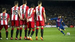 Messi se dispone a lanzar la falta que acabó en gol por debajo de la barrera del Girona en el Camp Nou.
