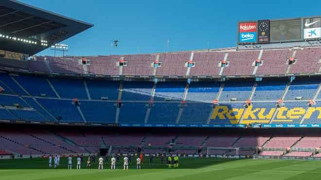 Minuto de silencio en honor a Maradona en el Camp Nou  Vídeo