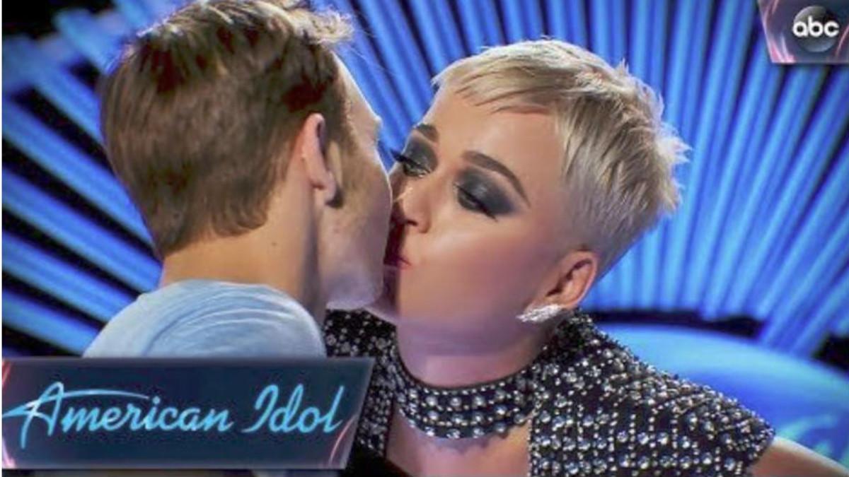 Katy Perry, criticada per robar un petó a un concursant d''American idol'