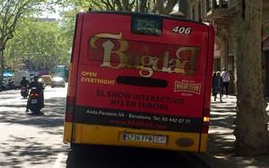 El autobús de la línea B25, circulando por Barcelona con el anuncio del Bagdad.