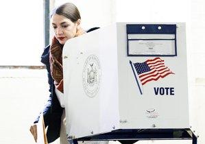 NUEVA YORKESTADOS UNIDOS-La candidata democrata a la Camara de Representantes por Nueva YorkAlexandria Ocasio-Cortezhabla con varios votantes antes de emitir su votoen el BronxNueva York.EFE Justin Lane