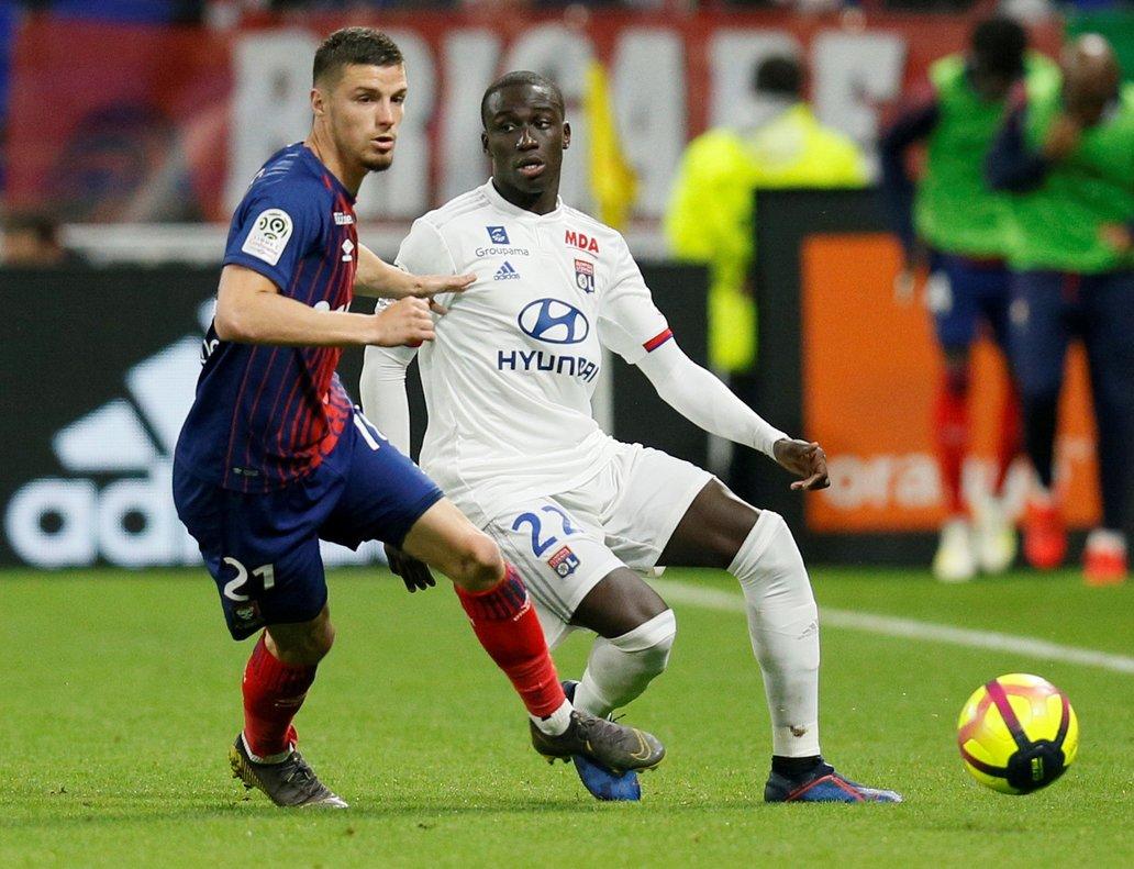 Ferland Mendy (d) durante un partido con el Olympique de Lyon.