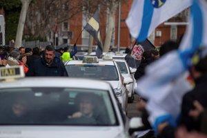 Taxistas gallegos acompañan al colectivo en Madrid, este jueves.