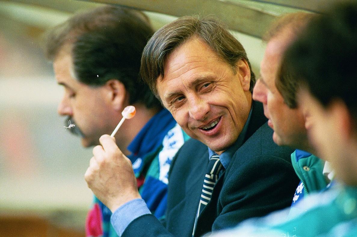 Johan Cruyff, con el Chupa-chups con que reemplazó al cigarrilló, en el banquillo del Barça en 1993.