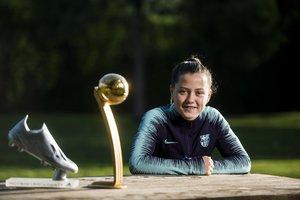La jugadora del Barça Claudia Pina posa con los trofeos que consiguió en el Mundial sub-17.
