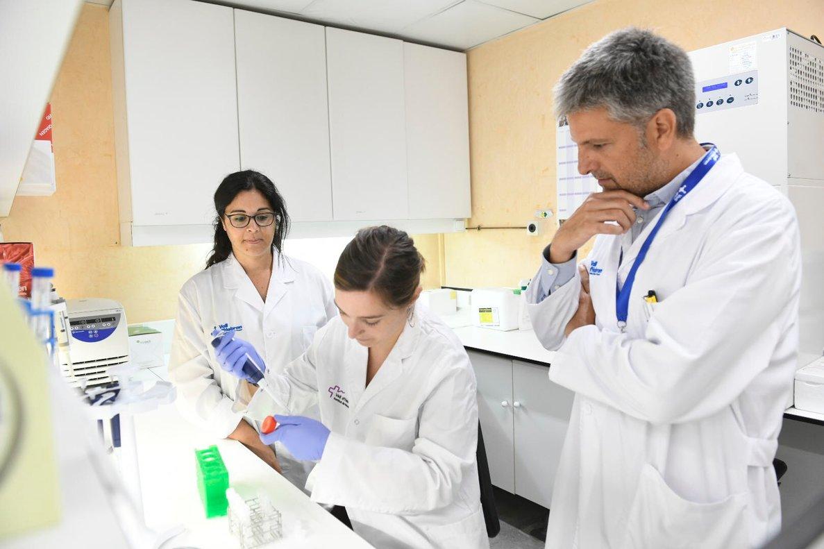 La doctora Maria JoséBuzón, responsable del laboratorio de VIH del instituto de investigación del hospital Vall Hebron y el Dr AdriàCurran, del departamento de enfermedades infecciosas de Vall Hebron, supervisando unas pruebas en el laboratorio.