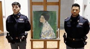 La policía italiana custodia la obra maestra del artista austríaco Gustav Klimt 'Retrato de una dama'que fue robada en 1997 y fue encontrada escondida en una pared exterior de una galería italiana, en Piazcenza.