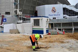Obras en los exteriores del Santiago Bernabéu.